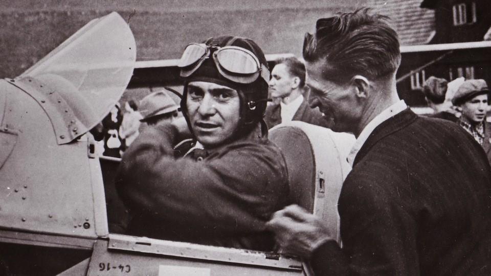 stíhací pilot škpt. František Peřina na leteckém dnu v roce 1947